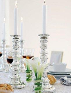 Sfesnice argintii cu lumanari albe pentru decorul mesei