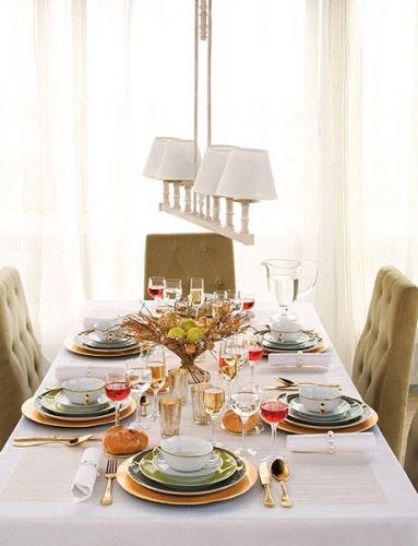 Varianta de aranjare a unei mese pentru sarbatorile de iarna in tonuri de auriu