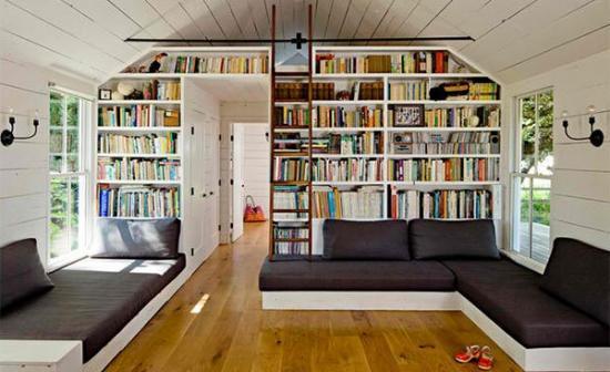 Biblioteca executata in camera mansardata