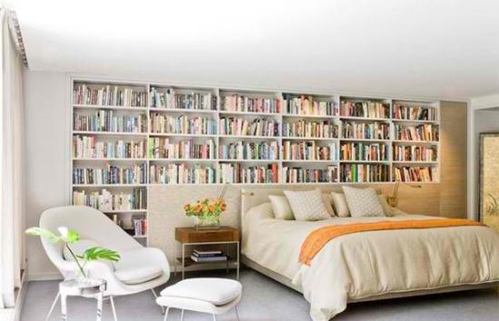 Biblioteca in spatele patului