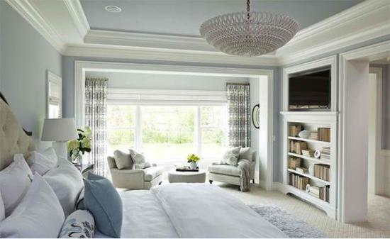 Dormitor mobilat in stil clasic cu rafturi pentru carti