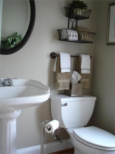 Bara pentru prosoape asezata deasupra toaletei si etajere in forma de cos