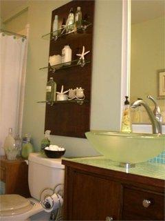 Panou din lemn cu etajere din sticla pentru depozitare in baie