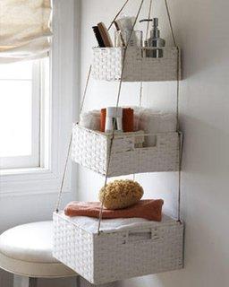 Sistem handmade de depozitare pentru baie cu cutii din rachita