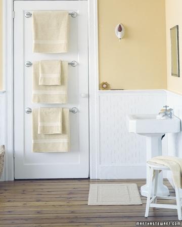 Usa de la baie cu suporti pentru prosoape