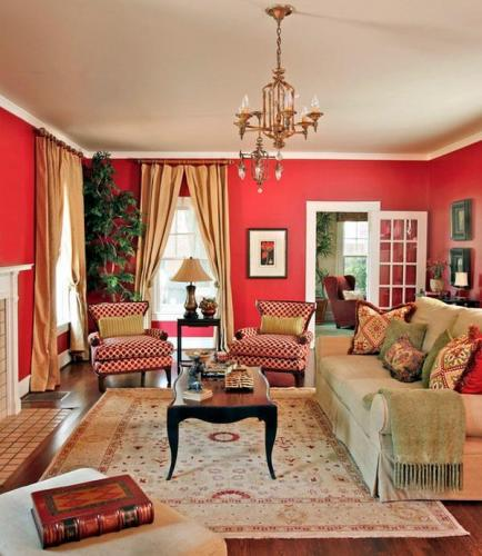 Living amenajat in stil clasic cu canapea crem si peretii rosii