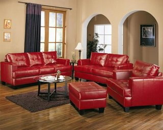 Living cu canapea din piele rosie