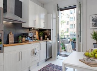 Bucatarie de apartament cu mobila alba