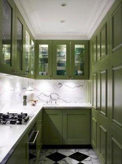 Bucatarie mica cu mobila olive si peretii placati cu marmura