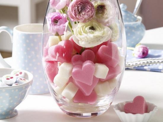 Aranjament cu lumanari colorate in forma de inimioare si flori de trandafir
