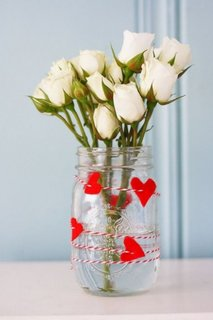 Buchet de trandafiri albi in vaza din borcan decorat cu inimioare rosii de fetru