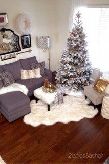 Living mic decorat cu alb pentru sarbatorile de iarna