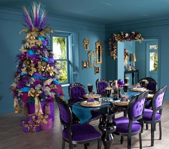 Amenajare in culori indraznete pentru Craciun cu violet si turcoaz