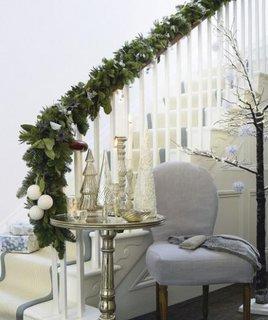 Ghirlanda de brad cu globuri albe decor pentru o scara interioara alba