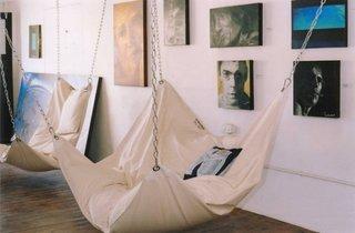 Hamac in  dormitor si obiecte de arta