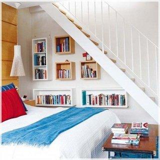 Mini biblioteca si dulapuri improvizate pentru haine sub scari