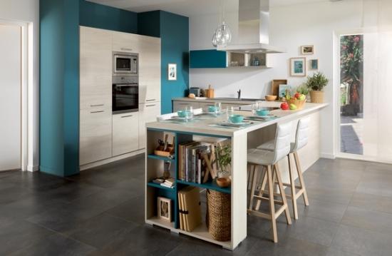 Bucatarie open space cu mobilier in doua culori alb cu albastru