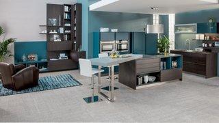 Exemplu de bucatarie si living open space decorate cu nuante apropiate de gri