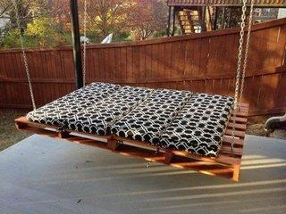 Palet din lemn transformat in balansoar de gradina