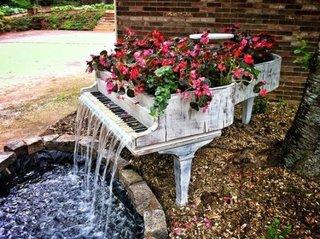 Pian vechi folosit ca si jardiniera pentru florile din gradina