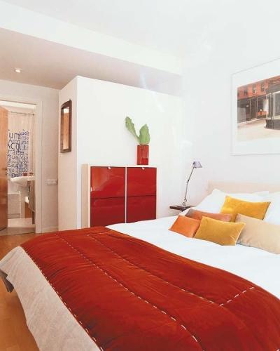Dormitor elegant cu perete fals in fata dulapului