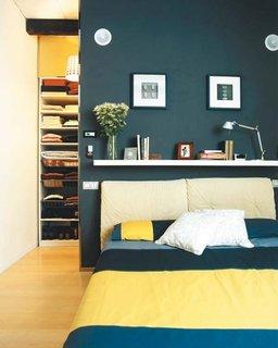 Dormitor mic cu dulap in spatele patului