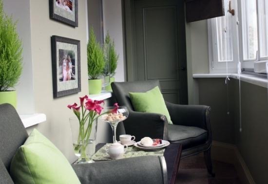 Balcon amenajat ca si loc de relaxare cu doua fotolii si masuta de cafea