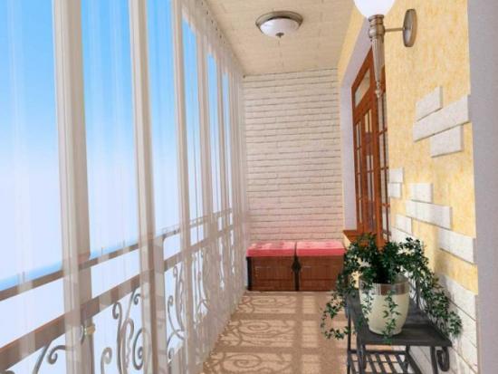 Balcon cu geamuri de sus pana jos amenajat simplu cu o consola din fier forjat