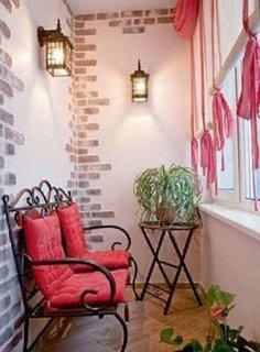 Balcon cu pereti roz si motive din caramida aplicate la colturi