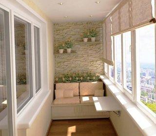 Balcon decorat cu banca din lemn cu perne etajere suspendate si rolete textile crem