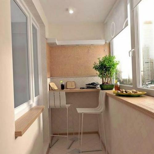 Balcon mic si ingust de apartament inchis cu termopan alb