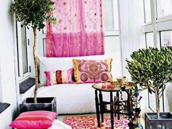 Canapea de o persoana asezata in balcon cu plante decorative