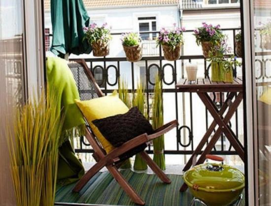 Glastre cu flori atarnate de balustrada masa mica si scaun