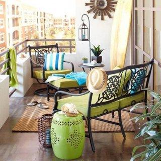 Idee pentru amenajarea unui balcon micut cu bancuta si fotoliu din fier forjat