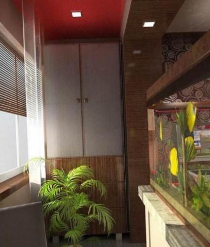 Living prelungit pana in balcon cu acvariu ca si perete despartitor