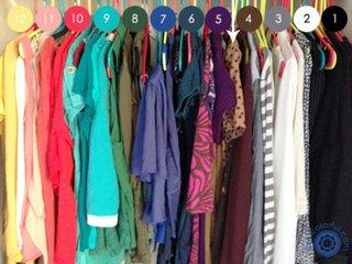 Organizare haine pe culori
