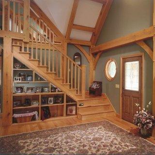 Decor rustic cu parchet si scara din lemn masiv si etajere sub scara