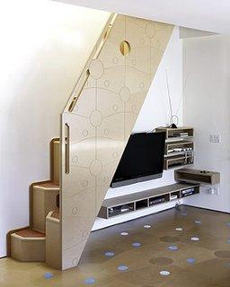 Home cinema amplasat sub scara interioara