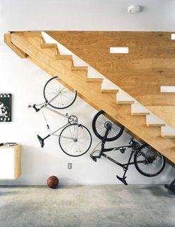 Idee ingenioasa pentru depozitarea bicicletelor sub scara