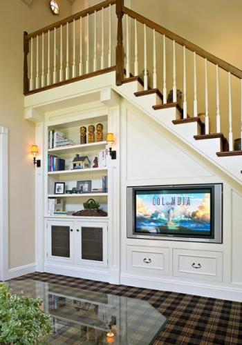 Televizor incorporat in peretele de sub scara