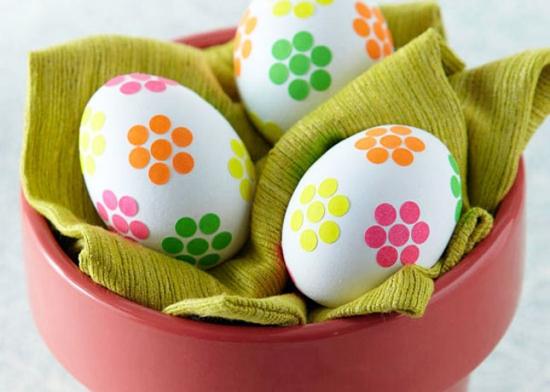 Buline cu adeziv lipite in forma de floare pe oua