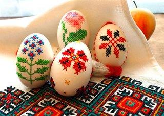 Oua de Paste decorative cu broderie cusuta manual