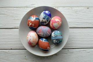 Oua vopsite cu bucati vechi de esarfe din matase