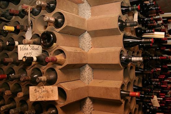 Suport sticle de vin din rafturi ceramice