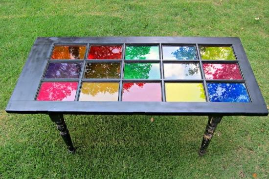 Masa multicolora din usa veche