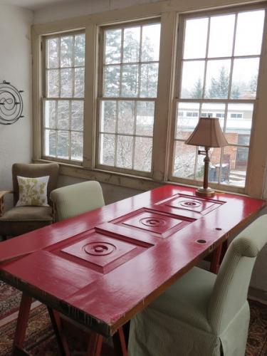 Masa rosie din usa veche