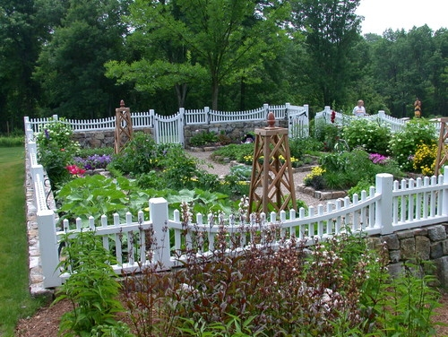 Gard de imprejmuire pentru gradina cu soclu placat cu piatra si partea superioara din lemn alb