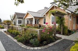 Gard din lemn inaltime medie pentru gradina din fata casei