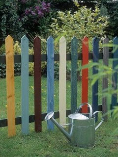 Gard din picheti de lemn colorati pentru o gradina vesela