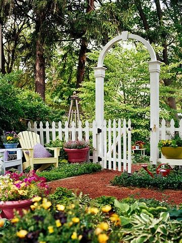 Gard pentru gradina cu poarta si arcada